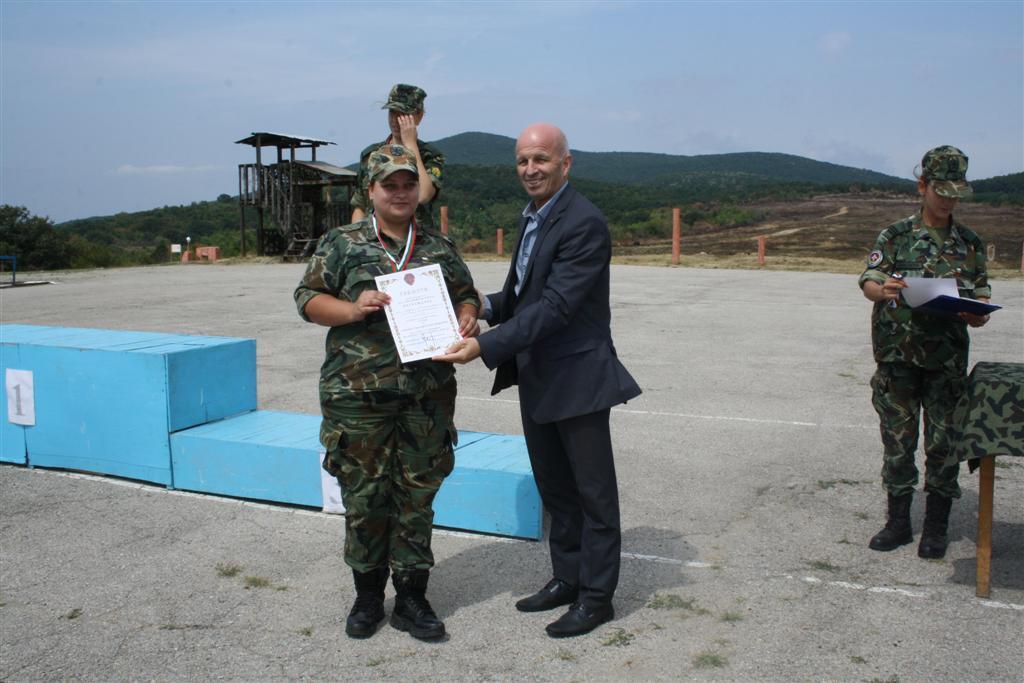 Областният управител инж. Георги Ранов награди победителките от състезанието по стрелба с пистолет