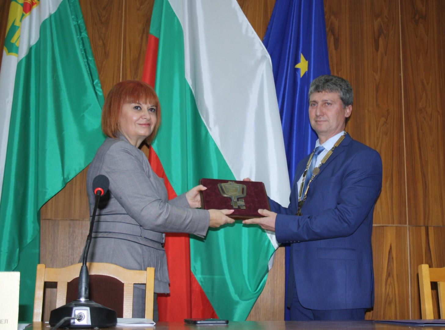 Областният управител Гергана Микова закле кметовете и общинските съветници от община Раднево